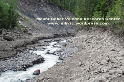 The top of the bank at extreme right is the surface of the May 31 flow. The June 6th flow left a light-colored 'bathtub ring'. Most of that deposit was stripped by erosion by June 9.