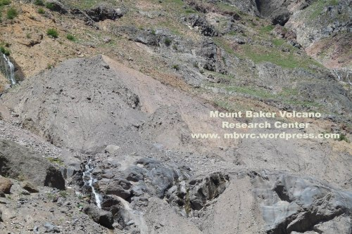 The souce of the large May 31 landslide ('debris avalanche') shows clearly on this photo. The view looks up from 100 meters lower, over the rock wall at the north edge of the Deming Glacier.